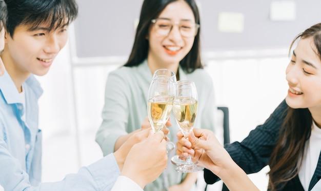Une fête d'un groupe de gens d'affaires célébrant le succès du projet dans l'entreprise