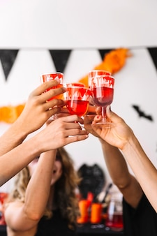 Fête d'halloween avec des boissons rouges dans des verres