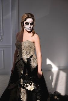 Fête d'halloween. portrait d'une jeune fille avec un homme mort de maquillage à l'halloween.
