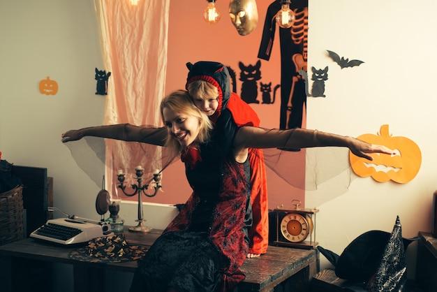 Fête d'halloween pour la mère et le fils joyeux autocollants de vacances halloween avec des costumes de carnaval drôles sur ...