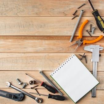 Fête internationale des pères. notion de carte de voeux. ensemble d'outils de construction sur un fond en bois. place pour le texte.