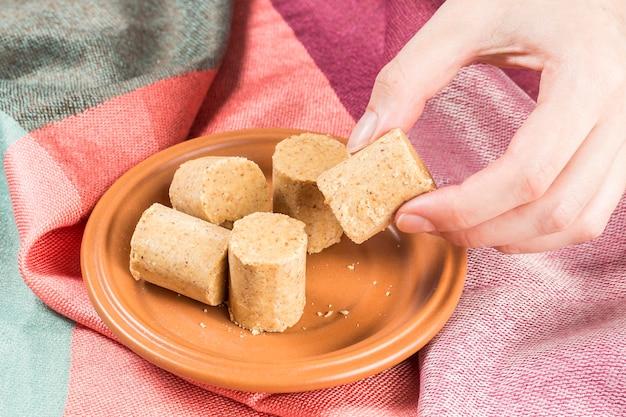 Fête de juin. arachide brésilienne douce appelée paã§oca sur une assiette sur un tissu coloré.