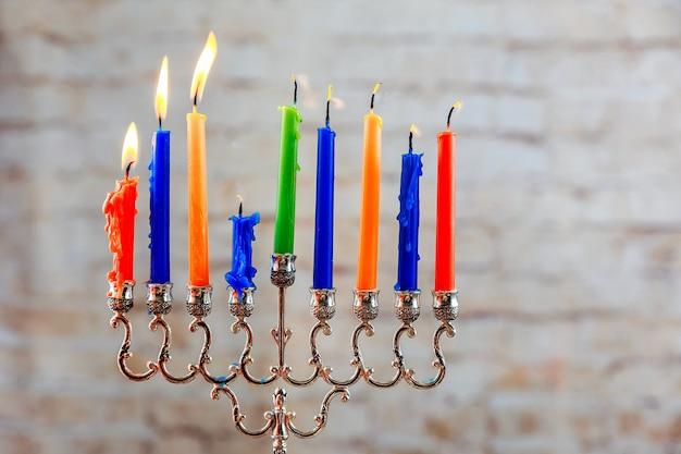 Fête juive de hanoucca avec menorah sur fond de bois bougies de menorah de hanoucca fêtes juives