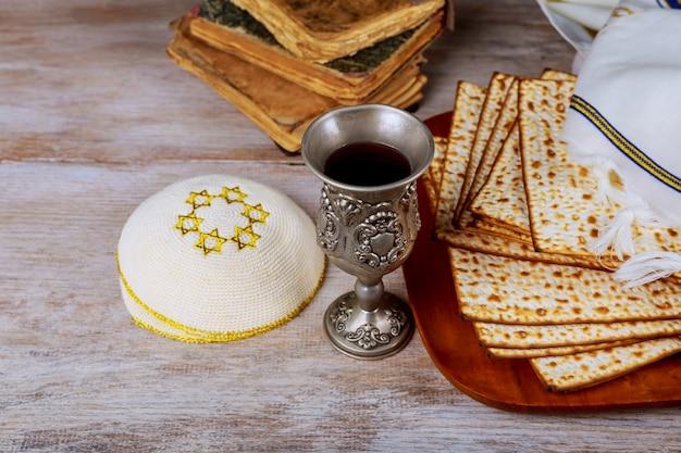 Fête juive pâque avec assiettes. vue d'en-haut.