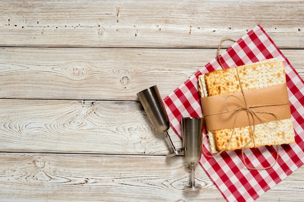 Fête juive pâque avec vin, pain azyme sur bois.