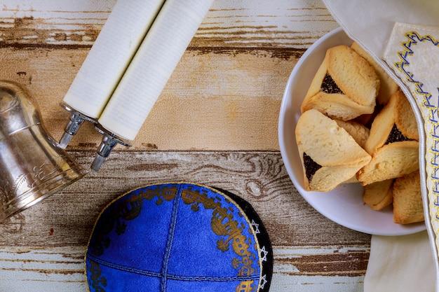 Fête juive pourim avec masque de carnaval et biscuits hamantaschen.