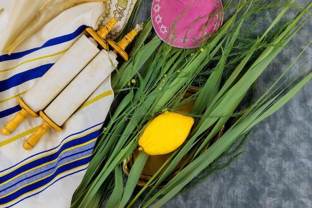 Fête juive rituelle de souccot dans le symbole religieux juif etrog, loulav kippa et tallit