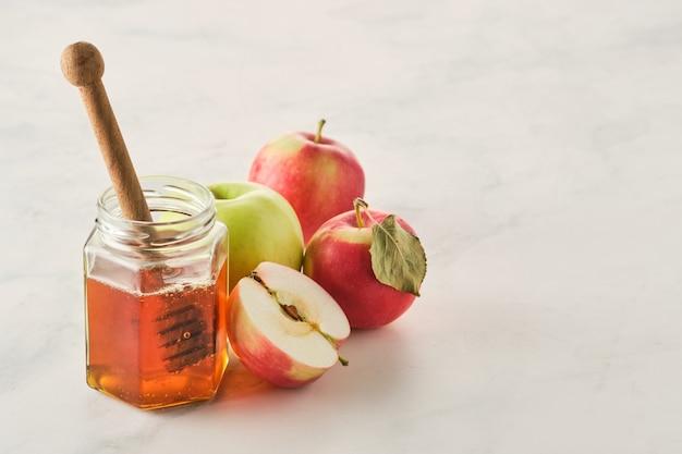 Fête juive de roch hachana avec du miel et des pommes.