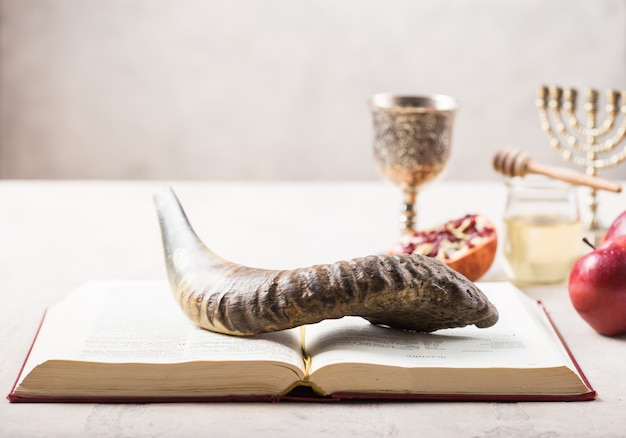 Fête juive rosh hashana fond avec du miel et des tranches de pomme sur table en bois.
