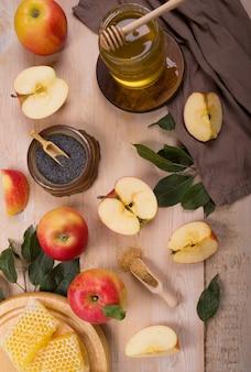 Fête juive rosh hashana fond avec des pommes et du miel sur tableau noir