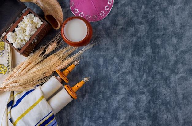 Fête juive traditionnelle chavouot dans les produits laitiers casher sur la saison des récoltes