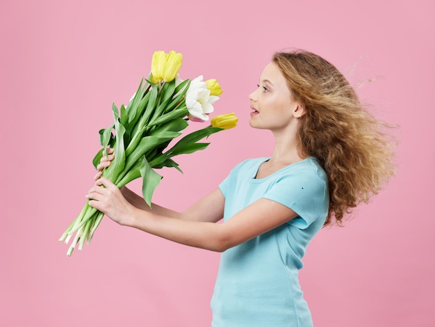 Fête des mères, une jeune femme avec un enfant posant un espace avec des fleurs, un cadeau pour la fête des femmes et la fête des mères