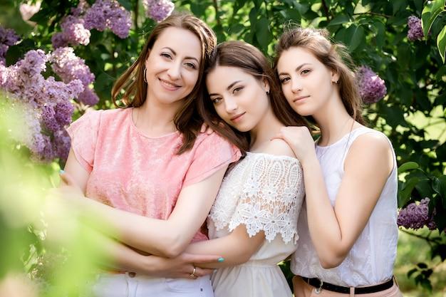 Fête des mères la mère et la fille fleurissent ensemble