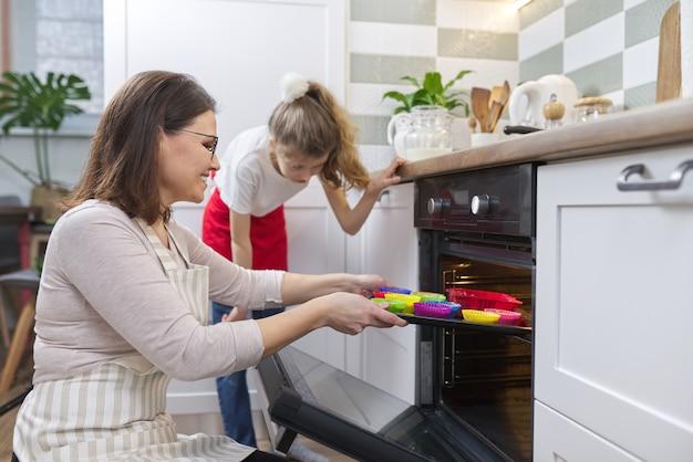 Fête des mères, mère et fille préparant ensemble des petits gâteaux