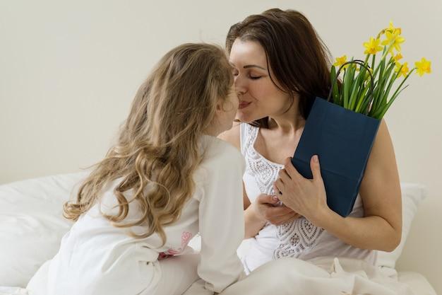 Fête des mères. mère tient un bouquet de fleurs