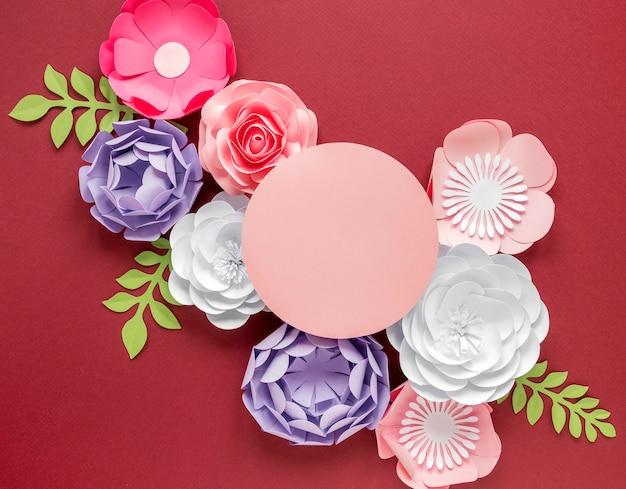 Fête des mères à plat avec des fleurs en papier