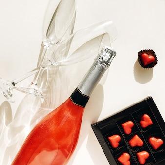 Fête des mères. la saint valentin. symbole de l'amour saint valentin rouge. confettis rouge pour la saint valentin.