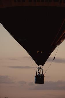 Fête des montgolfières. ballon sur fond de ciel et de coucher de soleil, silence de la nature. panier avec montgolfière de personnes