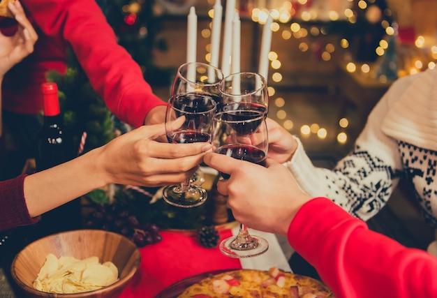 Fête de noël et du nouvel an avec des amis. boire du vin rouge et du champagne pour célébrer en vacances.