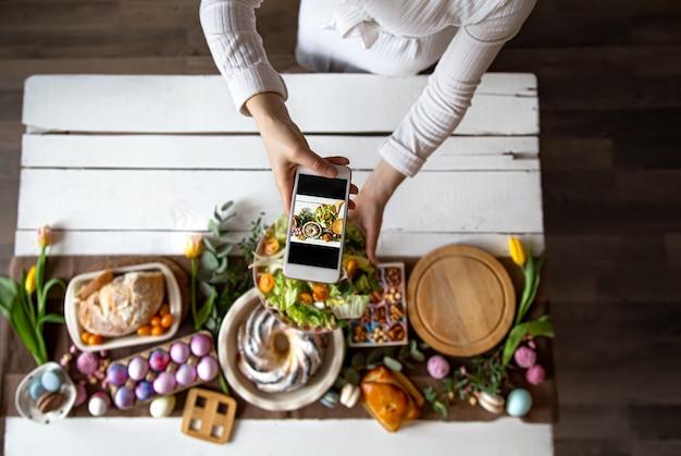 Fête de pâques. photo de la table depuis le téléphone.