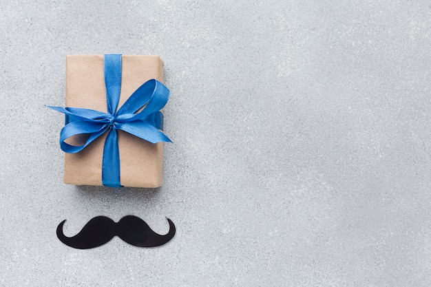 Fête des pères avec cadeau et moustache