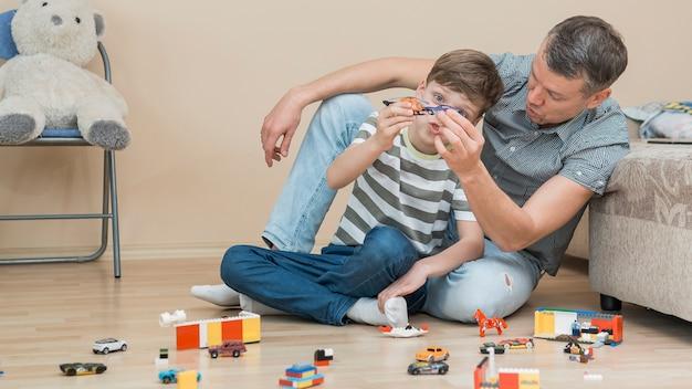 Fête des pères fête des pères papa et fils s'appuyant sur un canapé