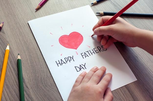 Fête des pères. fille de famille heureuse embrasse papa et donne une carte de voeux en vacances.