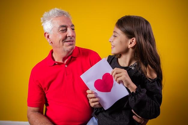 Fête des pères. fille heureuse avec carte de voeux en vacances.