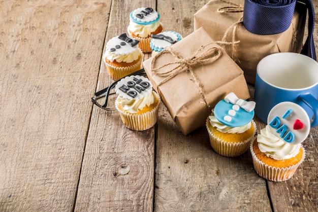 Fête des pères heureux avec des cupcakes