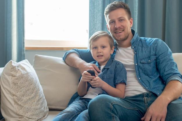Fête des pères papa et fils devant la télé ensemble