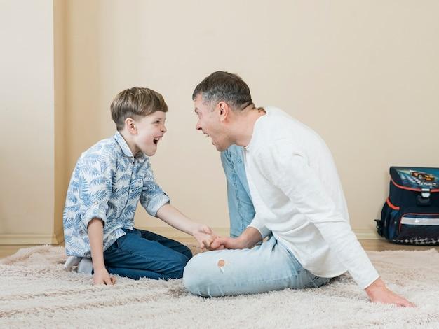Fête des pères papa et fils hurlant