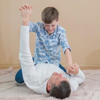 Fête des pères papa et fils jouer