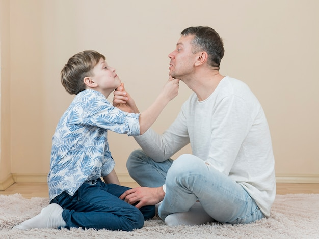 Fête des pères papa et fils se regardent