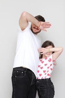 Fête des pères. vue de côté affectueuse petite fille enfant s'amusant avec un père barbu souriant.