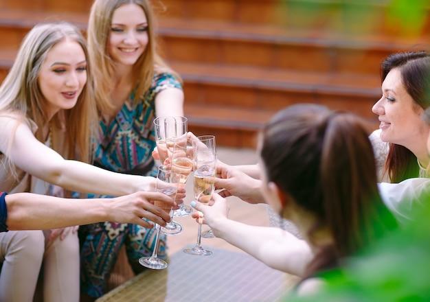 Fête. personnes tenant des verres de champagne faisant un toast