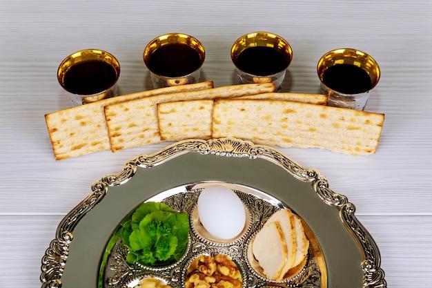 Fête de pessa'h texte de la plaque de pesah traditionnelle en hébreu: pâque, œuf,
