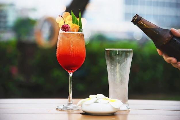 Fête populaire au restaurant avec bière et mai tai ou mai thai
