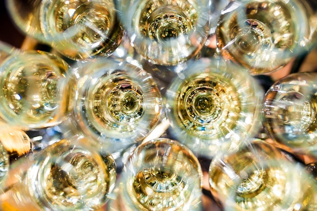 Fête. pyramide de coupes à champagne.