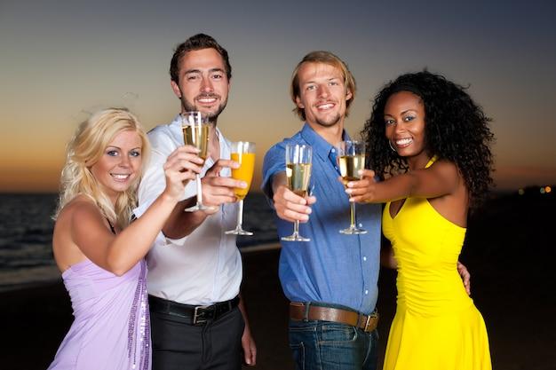 Fête avec réception au champagne à la plage