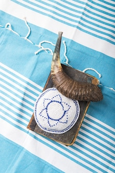 Fête de la religion juive avec kippa de corne de shofar et livre de prières de tallit