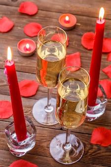 Fête romantique avec des bougies, champagne