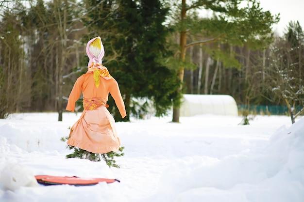 Fête russe traditionnelle au début du printemps. voir l'hiver. mardi gras. famille avec enfants en hiver dans le parc.