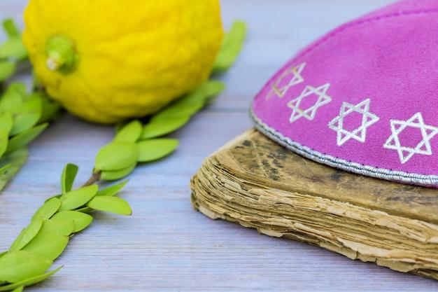 Fête des symboles juifs de souccot dans une synagogue