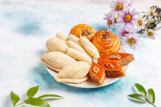 Fête traditionnelle de l'azerbaïdjan bonbons novruz, shekerbura, qogal, paxlava, mutaki.