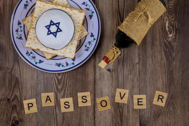 Fête traditionnelle de la pâque avec du vin casher matzah pain sans levain sur