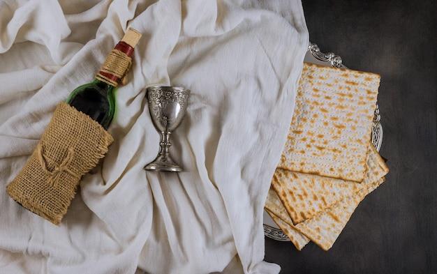 Fête traditionnelle de la pâque avec tasse de pain matsa casher de vin sans levain