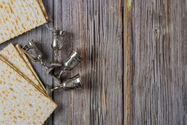 Fête traditionnelle de pessa'h avec quatre tasse de vin sur la matsa casher en fête juive orthodoxe de pâque