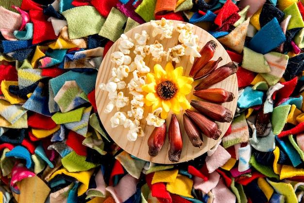Fête typiquement brésilienne de juin. fond coloré avec planche de pop-corn et pignon.