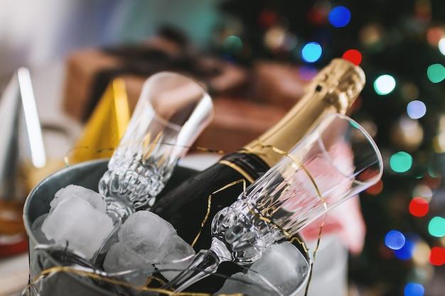 Fête! verres et bouteille de champagne dans un récipient de glace