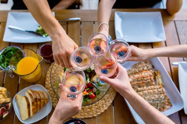 Fête avec des verres de vinverres avec du vin sur la table vue de dessus fête d'amis avec des verres